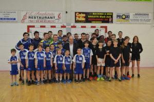 L'équipe Senior Masculins 1 avec les Jeunes Arbitres, les -11M et M. le Maire Jean-Michel BRARD